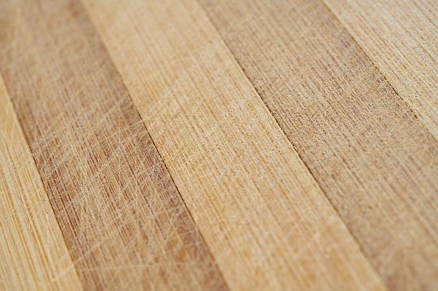 Jak zamaskować uszkodzenia w podłodze drewnianej?