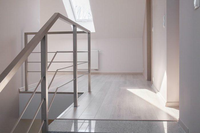 Metal i szkło – styl nowoczesny we wnętrzach