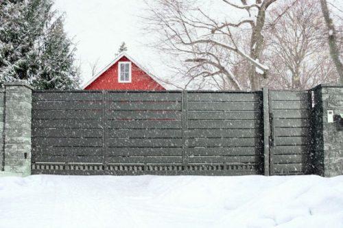 Ogrodzenie i brama dobrze przygotowane do zimy – o czym należy pamiętać