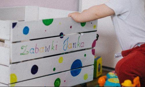Jak wybrać odpowiednią skrzynię na zabawki dla dziecka?